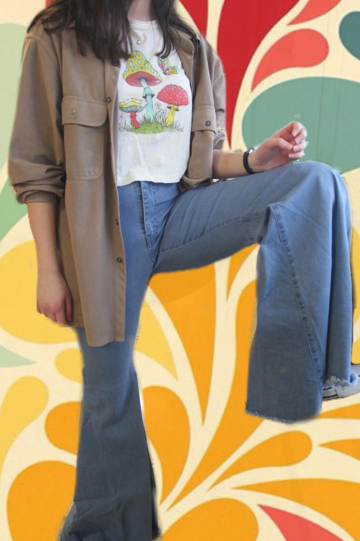 Model+showcases+bell-bottomed+pants.